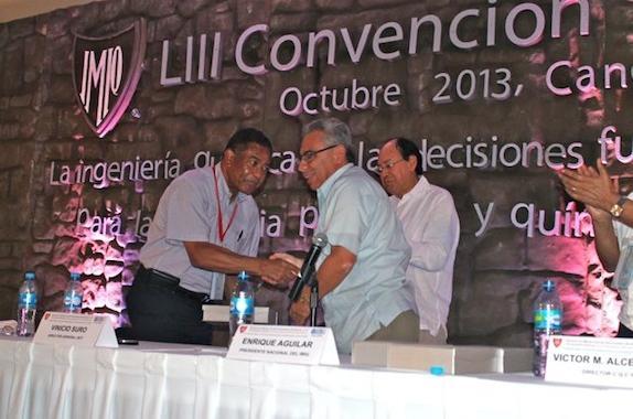 AIChE President Otis Shelton and IMIQ President Enrique Aguilar
