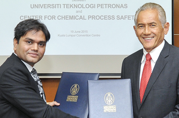 Umesh Dhake (left), Regional Manager of CCPS's Asia Pacific regional branch, and Datuk Ir (Dr) Abdul Rahim Hashim (right), Vice Chancellor of Malaysia's University Teknologi PETRONAS, signed a Memorandum of Understanding between their organizations on June 15, 2015. (Photo source: AIChE/ChEnected Flickr)